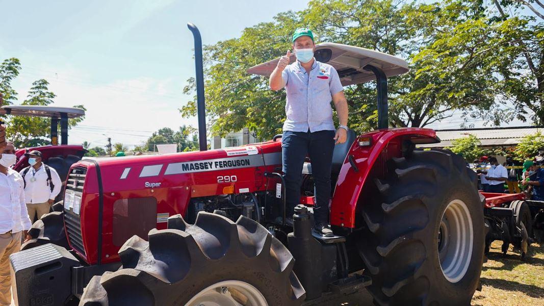 Gobernador de Sucre y viceministro de Agricultura llevan banco de maquinaria al San Jorge
